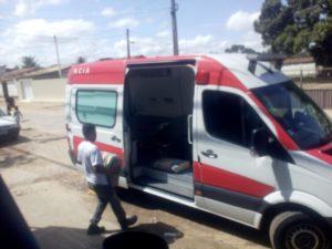 imagem de homem transportando cimento para ambulância